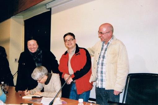 Firmando ejemplares a mis compañeros del grupo de teatro de mi juventud