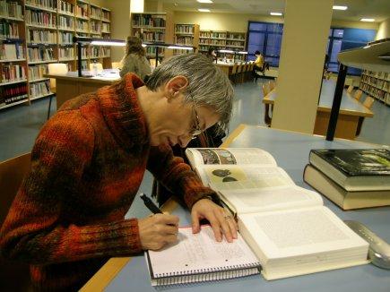 Tomando notas en la biblioteca de Los Canapés