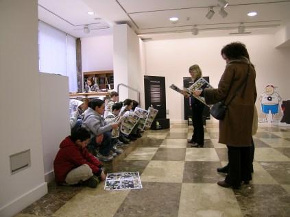 Escolares leyendo el cómic