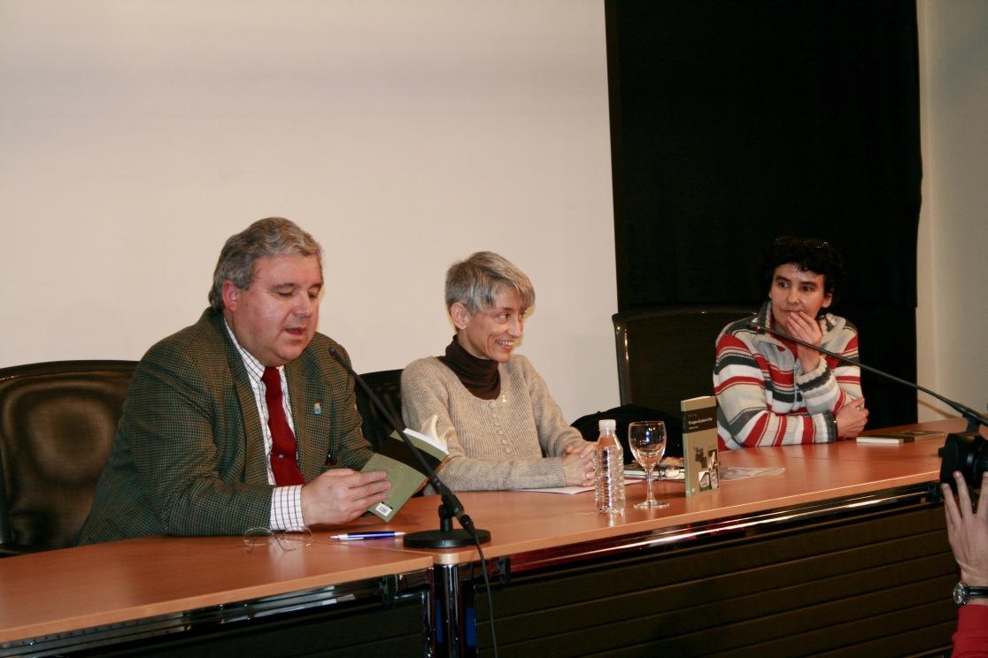 Con Román Antonio Álvarez, concejal de cultura, y Esther Prieto, editora de Trabe