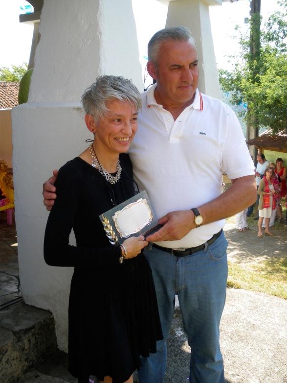 Posando con la placa y Pedro, miembro de la directiva de la asociación